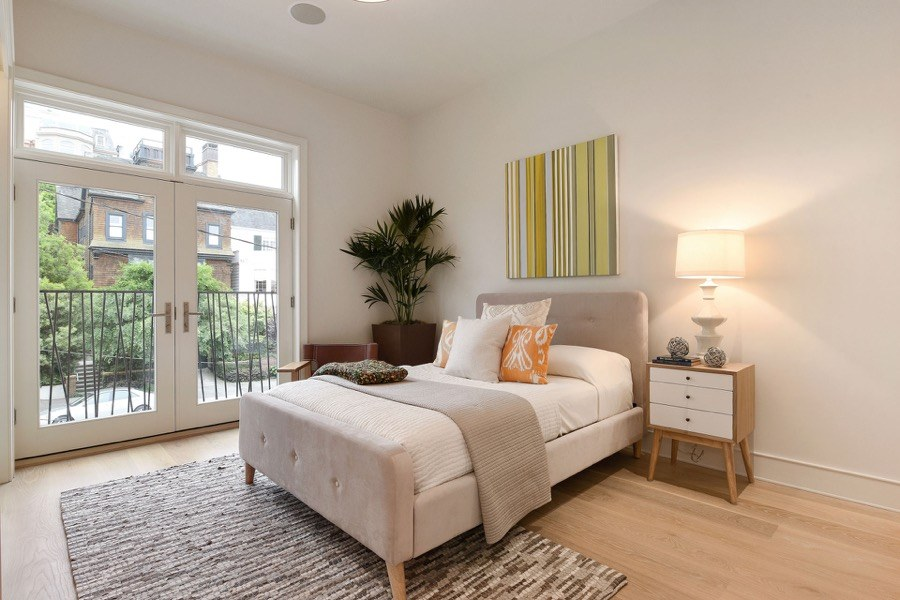 Broadway Spacious Bedroom With Bed And Balcony Access